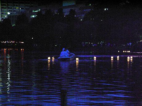 ボートから放たれる灯篭