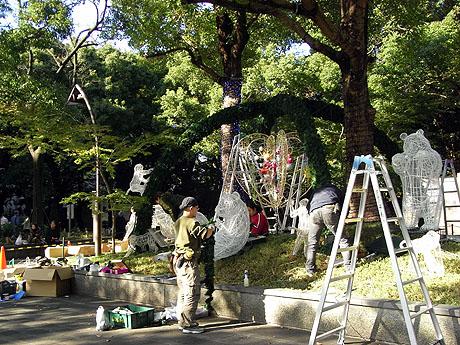 上野公園の入口にはイルミネーションの飾りつけ準備がされていました