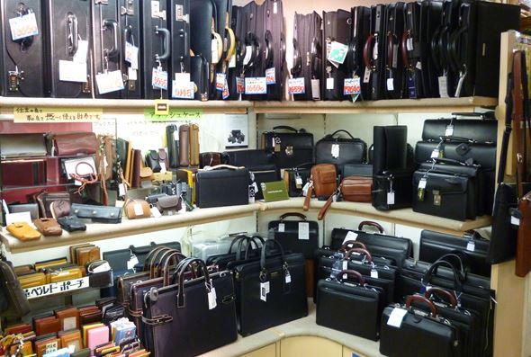 5d59b8c90a 店内中央辺りにはビジネスバッグコーナーや中2Fにスーツケースコーナーがあります。