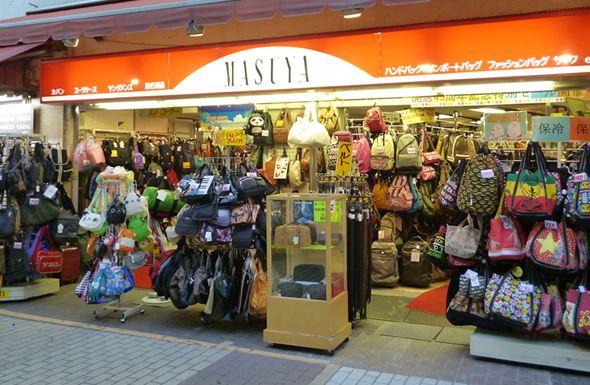 4d8c9f53dc 今日は、飲食店ではなく、上野駅前のヨドバシカメラ隣にありますバッグ専門店「マスヤバッグ」をご紹介致します!