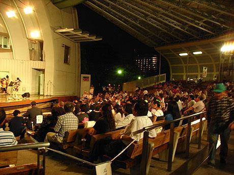 ステージで行われていたカラオケー観客
