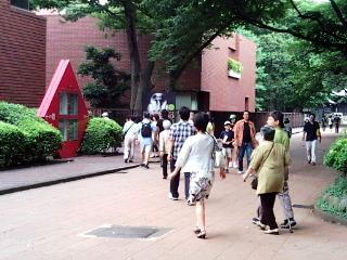 東京都美術館へ向かうひとびと