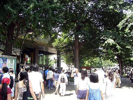 上野駅公園口から公園に向かうひとの波