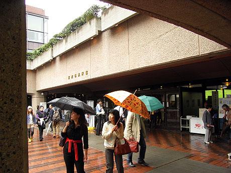 賑わう「東京都美術館」