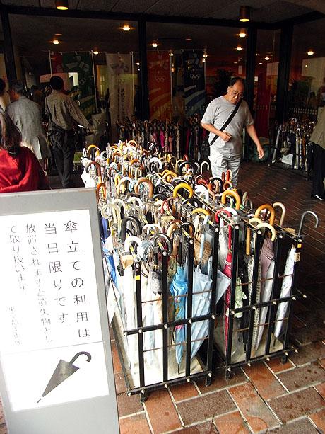 内部の様子はわからないけれど傘の数から…